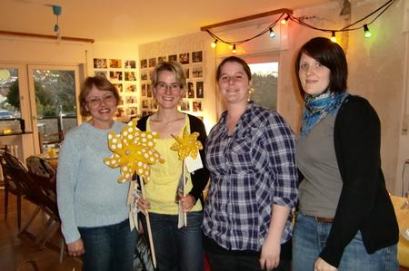 Das Geburtstagskind im Kreise der Kolleginnen