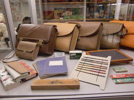 Eine Kindergartentasche und Schultaschen wie sie in meiner Kindheit üblich waren. Andere gab es nicht zu kaufen.